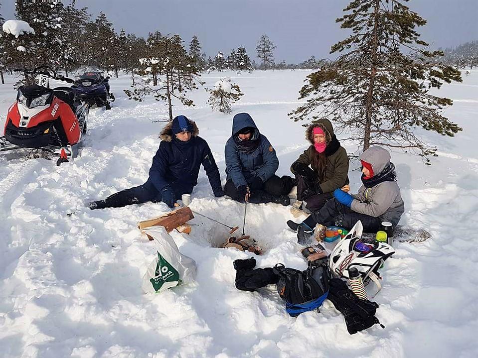 op de sneeuwscooter in Zweden